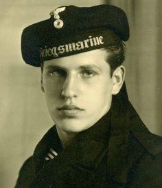 Kriegsmarine/German Sailor ca bad he was on the wrong side. Vintage Sailor, Vintage Men, Vintage Nautical, Vintage Gentleman, North African Campaign, German Soldiers Ww2, German Army, Armada, Military Men