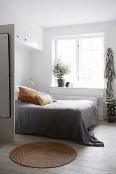 Gorgeous 99 Minimalist Apartment Bedroom Decorating Ideas https://decorisart.com/28/99-minimalist-apartment-bedroom-decorating-ideas/