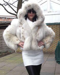 terribly adorable polar fox hoodie Lynx, Shaggy Fur Coat, Sexy Outfits, Girl Outfits, Fabulous Fox, Fur Clothing, Fur Accessories, Fur Fashion, Fox Fur