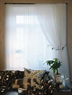 Färdiga gardinen Lill i transparent nät är extra bred, 280 cm, längd 250 cm, 49 kr/par, Ikea, med sydda kanaler för gardinstången. För den inbäddade mjuka känslan, trädde vi 3 våder på vardera stången. Det går lätt att variera ljusinläppet genom att drapera om tyget. Omtaget med vindlande grenar och två små fåglar är gjort för att hålla en sänghimmel, men fungerar lika bra som gardinomtag. De vita gardintyget är enklast möjliga, men det svarta omtaget ett veritabelt konstverk, 2850 kr… Home Look, Curtains, Ikea, Bedrooms, Book, Home Decor, Blinds, Decoration Home, Ikea Co