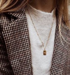 Depending upon the size and the design of the locket it can dress up a casual attire of denims or a sweatshirt or it can be the completing touch to a stylish gown. Looks Street Style, Looks Style, Style Me, Preppy Style, Fashion Moda, Womens Fashion, Fashion Trends, 90s Fashion, Fall Fashion