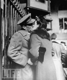These beautiful photos by Alfred Eisenstaedt show couples sharing a last kiss before the soldiers departed for war, at Penn Station in Romance Vintage, Vintage Kiss, Vintage Couples, Vintage Love, Vintage Men, Retro Vintage, The Kiss, Ansel Adams, Vintage Photographs