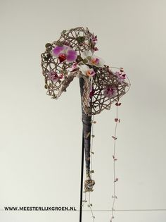 Modern bruidsboeket op zilvergrijs frame - diverse orchideeën (Phalaenopsis) in wit en roze tinten. www.meesterlijkgroen.nl