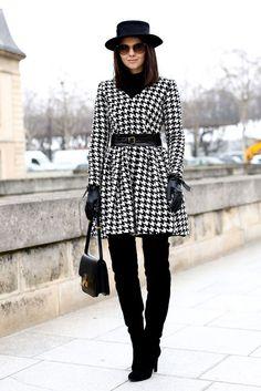 botas altas, abrigo con cinturon y complementos en negro, un look muy poderoso para pisar muy fuerte