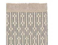 Bei unserer Kollektion Lumaco trifft skandinavisch anmutendes Design auf einen Touch von Enthostyle. Dank des zurückhaltenden Farbkonzepts können Sie den Teppich mit jedem Stil harmonisch kombinieren und bringen gleichzeitig durch das Muster etwas Bewegung in den Raum. Brauchen Sie ab und zu einen neuen Look? Kein Problem. Kreieren Sie einfach im Handumdrehen einen neuen Style, denn der Teppich ist beidseitig verwendbar.Kombinieren Sie den Teppich mit einer rutschfesten Unterlage, damit er…