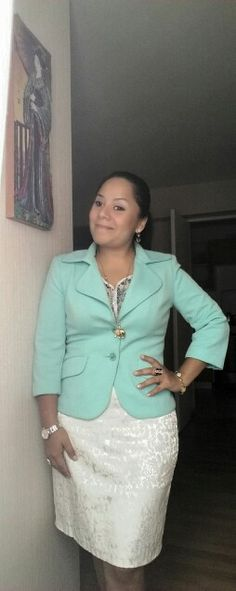Saco verde LUAO, blusa NIOBE y fslda blanca GIORGIA.