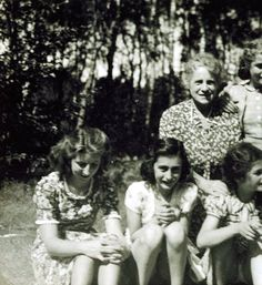 Tineke Gatsonides, (at left) Anne Frank (centre), and Sanne Ledermann (at right/head turned), on holiday at Beekbergen, 1941 (others unidentified)