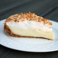 pie is a graham crumb crust pie filled with a decadent, creamy custard filling topped with a meringue.Flapper pie is a graham crumb crust pie filled with a decadent, creamy custard filling topped with a meringue. Canadian Dishes, Canadian Cuisine, Canadian Food, Canadian Recipes, Köstliche Desserts, Delicious Desserts, Yummy Food, Flapper Pie, Far Breton
