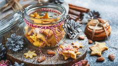 Préparation : 1.Dans un saladier, mélangez la poudre d'amandes avec la farine et le sucre glace. Ajoutez le beurre mou découpé en dés et mélangez jusqu'à l'obtention d'une …