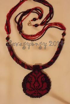 Fekete-piros matyó medálos: peyote-minta, horgolt hurka és sorfűzés :)