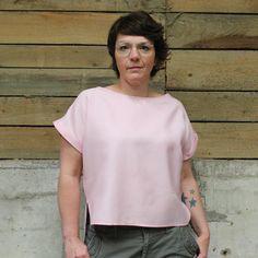 """Noch eine tolle #blusebloom aus unserem Betatesterteam. @buxsen hat sie mit Kontrastnähten genäht. Ein wunderbarer Hingucker.⠀   REPOST: {WERBUNG}⠀ Shirt Bloom von schnittduett  trifft auf """"Strawberry Cream"""" aus dem Hause zuleeg_gmbh .⠀ Ich mag den fließenden, nicht allzu leichten Stoff (260g/qm) für diese Shirt. Der Summerwool Mix besteht aus 60%Wolle und 40%Viskose und ist wahnsinnig angenehm zu tragen! ⠀ Ihr bekommt den Stoff heute bei zuleeg_gmbh als Freitagsschnäppchen! ⠀ Das… Bloom, V Neck, T Shirts For Women, Instagram, Tops, Fashion, Wool, Advertising, Moda"""