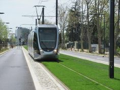 """A Blagnac, ligne Envol T2, la rame 5005 Citadis 302 Alstom roule en direction du terminus """"Aéroport"""" sur plateforme engazonnée, entre les stations """"Nadot"""" et """"Daurat"""", le mercredi 15 avril 2015. Copyright : Edouard Paris"""