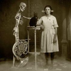 http://notinerd.com/galeria-50-fotografias-muy-raras-en-blanco-y-negro/