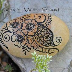 Galet peint fleurs mehndi #handmade #handpainted #faitmain #paintedpebble #paintedpebbles #galetpeint #stone #stonepainted #stonelover #stonelovers #handmadewithlove #gift #rock #pebble #pebbles #painting https://www.etsy.com/fr/shop/GaiaCreationFR https://www.facebook.com/GaiaCreationByValerieSimonet