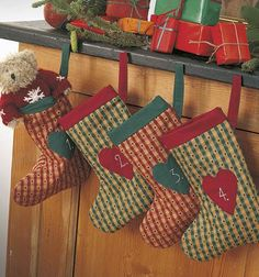 Hæng de fire julesokker op som adventskalender.