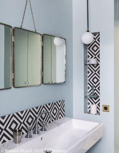 Salle de bain vintage avec carreaux de ciment noirs et blancs, miroir en triptyque #houses #interiors #bathroom #bath #design #deco #decoration #maison #salledebain