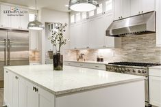 For modern and classic kitchens, choosing quartz kitchen countertops is the best choice. It has excellent strength and beauty which mimics natural stone. If you are planning on installing white quartz countertops, this article is a must-read for you Home Design, Küchen Design, Class Design, Kitchen Benchtops, Kitchen Backsplash, Kitchen Appliances, Kitchen Island, Backsplash Design, Backsplash Ideas