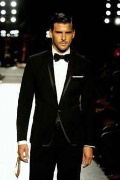#Trajes para #novios #modernos con un look clasico . Foto de ellaparkbridal.com