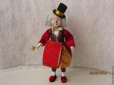 Весёлый клоун с пышной шевелюрой в красном фраке и черном цилиндре. Недостаёт только арены, музыки и смеха публики.