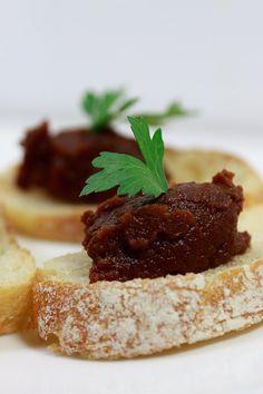 Schnelle Tapenade aus Purple-Haze-Karotten und Ingwer auf geröstetem Ciabatta.