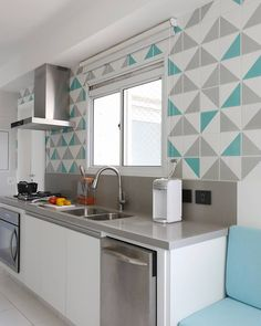 Los colores de la pared dan frescura e invocan un ambiente moderno Kitchen Island Decor, Kitchen Sets, Beautiful Kitchens, Cool Kitchens, Design Home Plans, Interior Simple, Latest Kitchen Designs, Studio Kitchen, Ikea Home