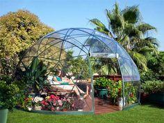 Una piccola casetta geodetica nel giardino di casa