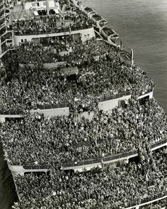 Um navio lotado traz as tropas de volta ao porto de Nova York depois da vitórias dos Aliados em 1945.