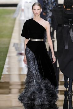 See The Most Beautiful Dresses From Clare Waight Keller's Givenchy Couture Show-…, Style Feminin, Ladylike Style, Style Couture, Haute Couture Fashion, Most Beautiful Dresses, Elegant Dresses, Givenchy Couture, Couture Dresses, Fashion Dresses