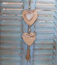 Guirlande de coeurs en bois ruban écru/ficelle de chanvre coeur lin coeur ouvragé et gland en lin : Décorations murales par rouge-lin-et-bois