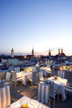 Die China Moon Roof Terrace, die perfekte Location für einen Sundowner über den Dächern Münchens.