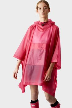 Women's Pink Rain Poncho –this soft and lightweight unisex pink vinyl poncho is completely waterproof. The large, waterproof pocket at the front will keep contents dry in the rain. I love this color pink for a women's rain poncho Cute Raincoats, Raincoats For Women, Raincoat Outfit, Yellow Raincoat, Capes, Mode Mantel, Monochrome Outfit, Rain Poncho, Striped Jacket