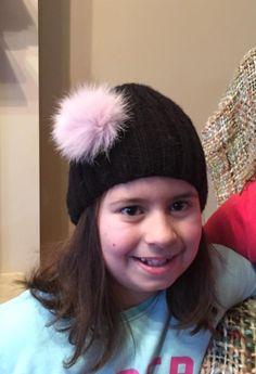 Μαύρο χειροποίητο πλεχτό μάλλινο σκουφάκι με  πραγματικό γούνινο ροζ πομ πομ / Black handmade knitted woolen hat with real fur pink pom pom