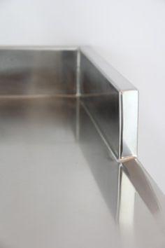 Kastenaufkantung bei einer Edelstahlarbeitsplatte - ist auch teilweiser an einer Seite möglich. Das ist Handarbeit vom feinsten! En uppvikt kant - endast delvis och vid gaveln - ett härligt handarbete!