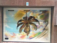 Grafiti de Riso ( 2010) decora la puerta de garaje en calle Sants Metges de Elche.