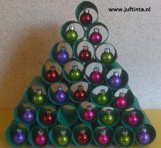 Voor deze kerstboom heb je heel wat wc-rollen nodig. Hoe meer je er hebt, hoe groter je de kerstboom kunt maken. Verf eerst de wc-rolletjes aan zowel de binnen- als de buitenkant helemaal groen. Plak daarna de rolletjes op elkaar. Aan de binnenkant kun je de kerstballetjes vastlijmen. De lijm is hiervoor aan de onderkant …