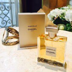 チャンス以来実に14年ぶりのシャネル新作フレグランスガブリエル シャネルがパリでお披露目にマドモアゼル シャネルの本名ガブリエルを冠した香りは初のことチュベローズオレンジフラワージャスミンイランイランを中心とした花々のハーモニーが優しく香っていつまでも嗅いでいたくなる光を集めて反射するジュエリーのようなカッティングが施された美しすぎるボトルにも注目まるで香りから柔らかな光が放たれるよう #GABRIELLECHANELPARTY #CHANEL #perfume #Paris  via ELLE GIRL JAPAN MAGAZINE OFFICIAL INSTAGRAM - Celebrity  Fashion  Haute Couture  Advertising  Culture  Beauty  Editorial Photography  Magazine Covers  Supermodels  Runway Models