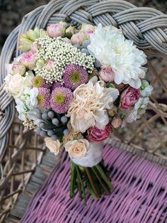Ramo de novia con peonías, flor de arroz, brunia, rosas ramificadas…