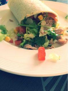 Vanavond kwam m'n moeder bij mij eten en we wouden graag iets gezonds eten.. Het is een wrap geworden met tonijn en salade. Benodigdheden voor 2 personen: - wraps - 1.5 blikje tonijn - 200gr ijsber...