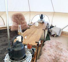 「この間のアスガルド内のキッチンはラックとキャンバスボックスをつなげたカウンタースタイル。 ヘリノックスがちょうどいい高さだけど、お座敷スタイルも座布団とラグを重ねれば辛くない高さ キャンバスラックには鍋やソフトクーラーなんかを収納、隠してスッキリ✨ * * #camp #キャンプ #アウトドアキッチン…」