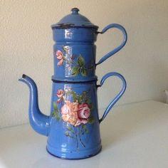 CAFETIERE-EN-TOLE-EMAILLEE-BLEUE-FLEURIE-RELIEF