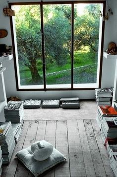 Cute little area to read or just hang out. Now that I think about it, this room would be a gorgeous office room.  www.smartmat.com improve & perfect yoga practice #yoga #meditation #namaste #om #yogi #yogapose #ashtanga #asana