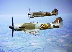 Hawker Tempest Mark V  на переднем плане оснащён экспериментальным кольцевым радиатором.
