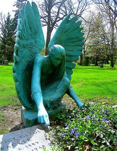 Angel statue, Lake Forest Cemetery, Illinois, US