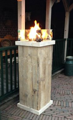 Green-lab Vuurzuil Tower oud hout Diy Outdoor Wood Projects, Diy Pallet Projects, Outdoor Decor, Mason Jar Herb Garden, Patio Kitchen, Diy Fire Pit, Fire Pits, Bed Lights, Wood Pallets