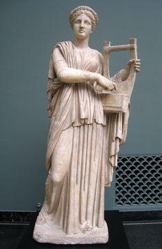 Estatua romana de Erato, siglo segundo dC. La musa es representado tocando la cítara o la lira. Erato (del griego «Amable» o «Amorosa») es, en la mitología griega, la musa de la poesía, especialmente de lo amoroso. Según escribe Apolonio de Rodas en el tercer libro de las Argonáuticas, su nombre tiene la misma raíz que Eros.