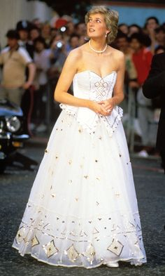 Diana, Princess of Wales, arriving at the Leicester Square world premiere of James Bond film 'The Living Daylights'. Diana reminds me of Cinderella here. Princess Diana Dresses, Princess Diana Photos, Princess Diana Fashion, Princess Diana Family, Princes Diana, Royal Princess, Princess Of Wales, Prinz Charles, Prinz William