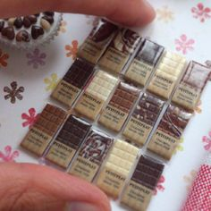 wrapped chocolate bars in plastic - miniature, tiny, small Miniature Crafts, Miniature Food, Miniature Dolls, Polymer Clay Miniatures, Dollhouse Miniatures, Fimo Clay, Doll Crafts, Diy Doll, Accessoires Barbie