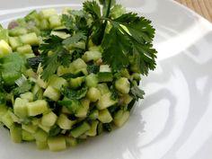 Ce tartare de courgette concombre et avocat est une entrée saine, fraîche, légère et délicieuse.-------------Laver soigneusement la courgette (bio, car on garde la peau et donc les pesticides s'il y en a ...) et la couper en rondelles d'environ 2 mm. Raw Food Recipes, Salad Recipes, Diet Recipes, Vegetarian Recipes, Cooking Recipes, Healthy Recipes, Quick Snacks, Safe Food, Summer Recipes