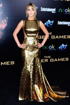 Como una diva, envuelta en oro con un vestido cut out, Jennifer rindió tributo al personaje que le ha dado la fama: Katniss, la chica en llamas de Los juegos del hambre.