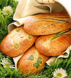 This yeast bread recipe gets a touch of spring from leeks, fresh chives, parsley, and green onions. Pinning for the herb-in-the-pan idea! Raw Food Recipes, Vegetarian Recipes, Cooking Recipes, Healthy Recipes, Medieval Recipes, Yeast Bread Recipes, Fresh Chives, Bread Rolls, Bread Baking